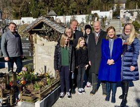 Familie Nierlich mit Vater Günter (3.v.r.) und Bürgermeister Franz Eisl (l.) am Grab des dreifachen Weltmeisters Rudi Nierlich