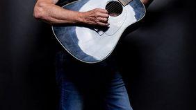 Lewis Niderman mit Gitarre (c)Lewis Niderman